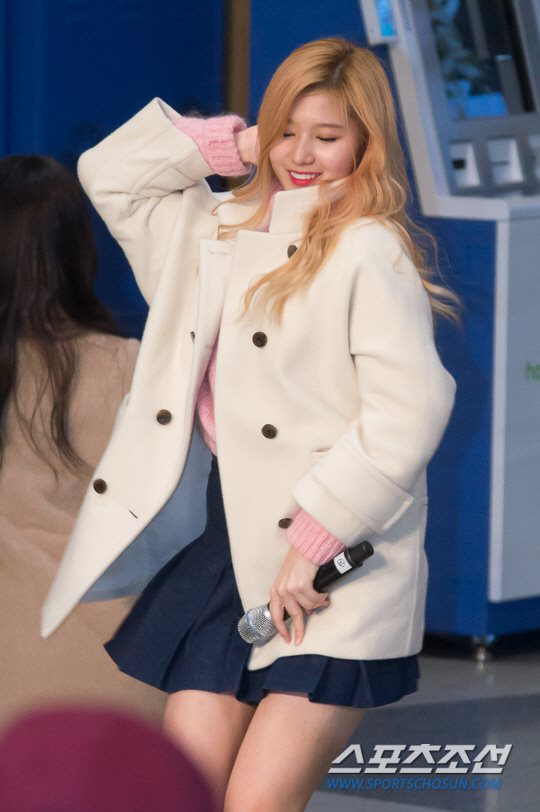 「JYP所属歌手と共に」に出演したTWICEサナ